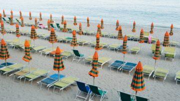 Ombrelloni e sedie a sdraio sulla sabbia vicino al mare